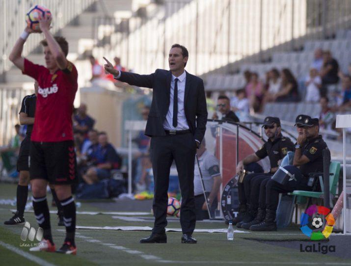 Vicente Moreno, incansable, donant instruccions. Foto: LaLiga