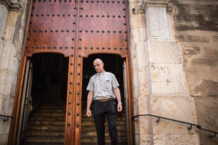 Octavi Vilà, a la sortida de l'església de Sant Francesc, a la Rambla Vella, davant la casa on va viure els primers anys de la seva infantesa. Foto: DAVID OLIETE