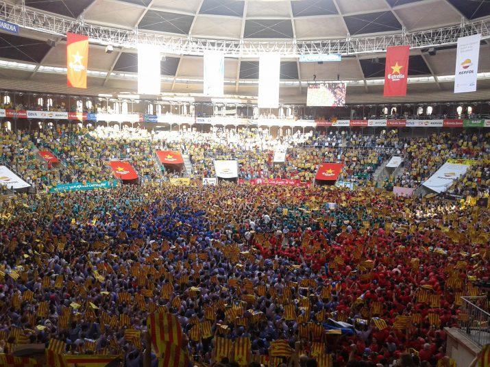 Milers de persones manifesten la seva catalanitat quan s'interpreta Els Segadors abans de l'inici del Concurs. Foto: Ricard Lahoz