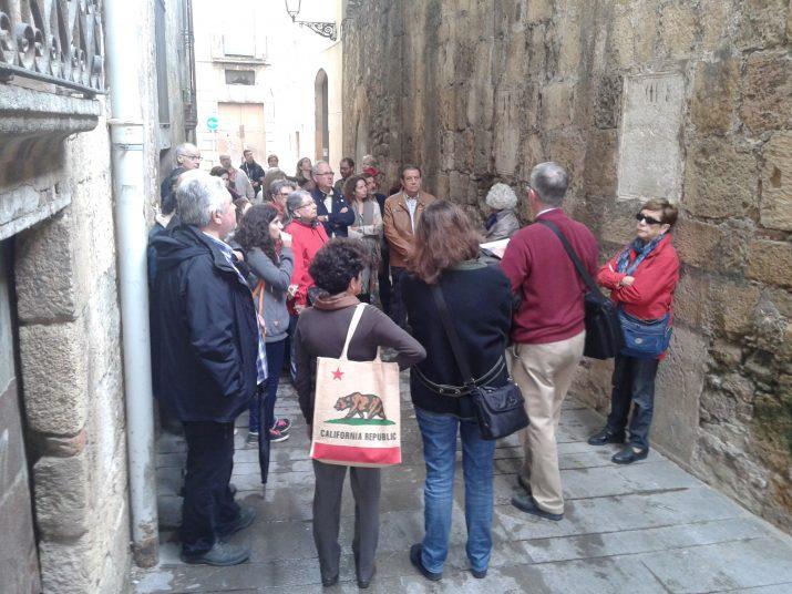 Al carrer d'en Riudecols, Ruiz de Arbulo explica les inscripcions dels pedestals. Foto: RICARD LAHOZ