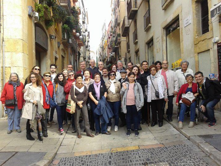 Foto de grup al final de la visita, amb el carrer Major al fons