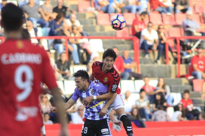Suzuki es disputa l'esfèrica amb Arnáiz, autor del segon gol visitant. Foto: Nàstic