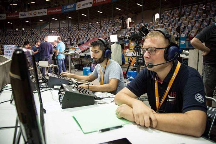 Paco Montoya, a la dreta i Albert Mercadé, durant la transmissió del Concurs de Castells per a Red Bull TV. Foto: DAVID OLIETE