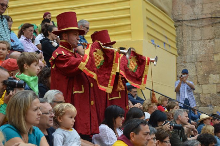 Matí d'un 23 de setembre: Anada a Ofici. Els trompeters saluden la Bandera de la Ciutat des de les escales del Pla de la Seu. Foto: RICARD LAHOZ