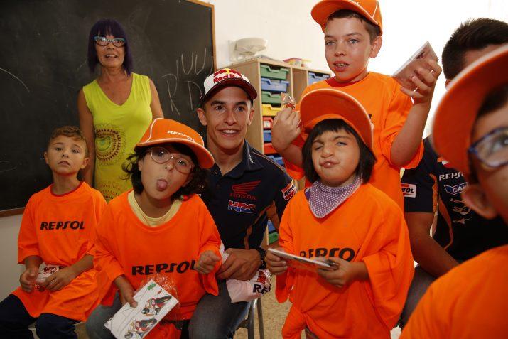 Màrquez, somrient, amb diversos alumnes de la Solc. Foto: Repsol
