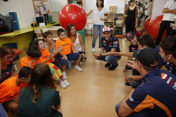 Amb els nens més petits a l'aula de fisioteràpia. Foto: Repsol