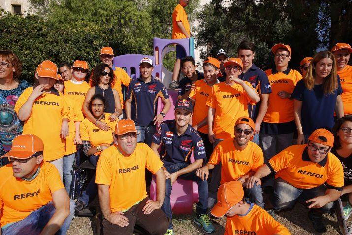 Foto de grup al pati de l'escola: Foto: Repsol