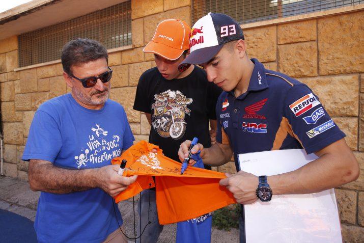 Márquez signa una samarreta commemorativa al Sera, un dels mestres de l'escola. Foto: Repsol.