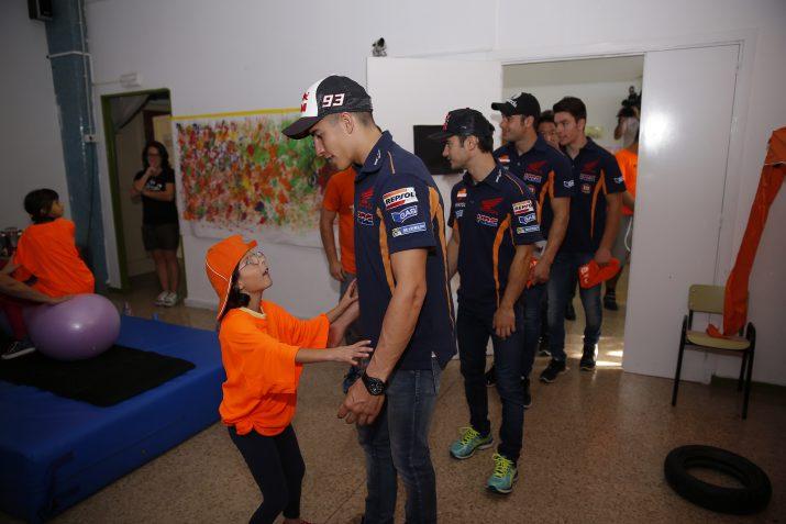 El Marc saluda una de les nenes de l'escola en entrar a l'aula. Foto: Repsol