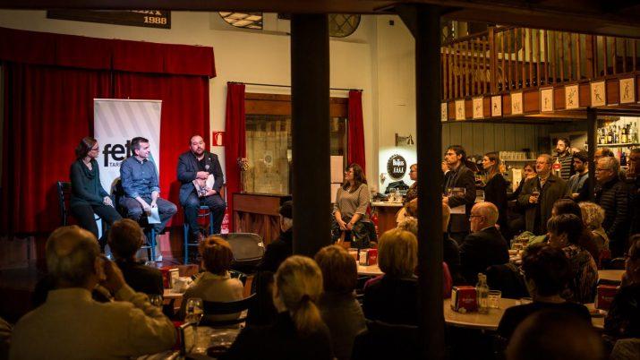 Una cinquantena llarga de lectors del 'Fet' van seguir amb atenció les intervencions dels convidats. Foto: David Oliete