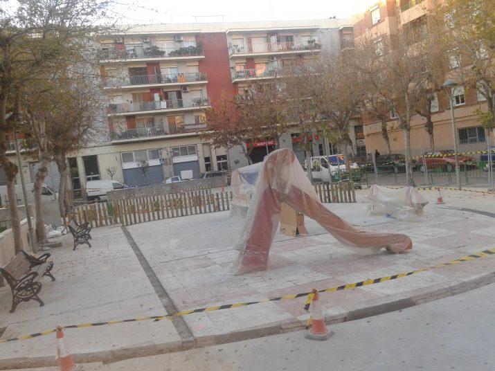 Obres en una àrea de la plaça dels Infants, on ja s'han instal·lat nous jocs infantils. Foto: RICARD LAHOZ