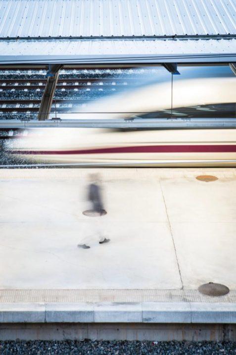 Un usuari difuminat camina per l'andana de l'estació del Camp de Tarragona. Aquest és un dels temes centrals del número 20 de la revista. Foto: DAVID OLIETE