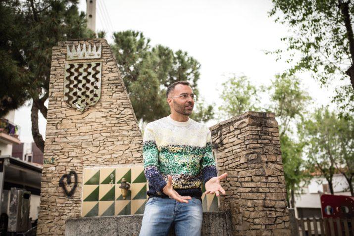 Oscar Cornejo, davant la font situada la cruïlla dels carrers 12 i 22 de Bonvista, la passada primavera. Foto: DAVID OLIETE