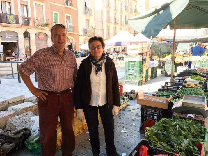 Josep M. Salvat i Rosa Rovira, un dissabte al matí a la parada del mercat de pagès de la plaça del Fòrum. Foto: GERARD RECASENS.