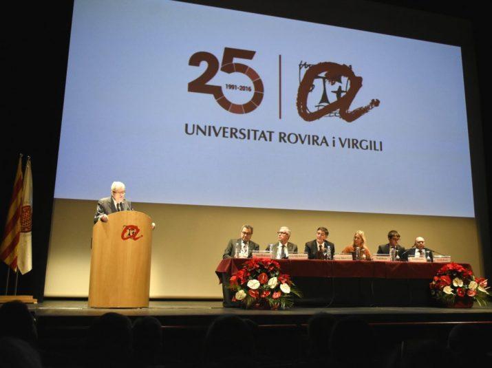 Josep Maria Bricall, en un moment de la seva conferència a l'acte institucional de commemoració dels 25 anys de la creació de la URV. Foto: URV
