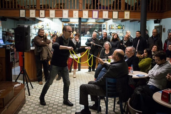 El Mag Gerard va interactuar amb el públic al Cafè La Cantonada. Foto: DAVID OLIETE