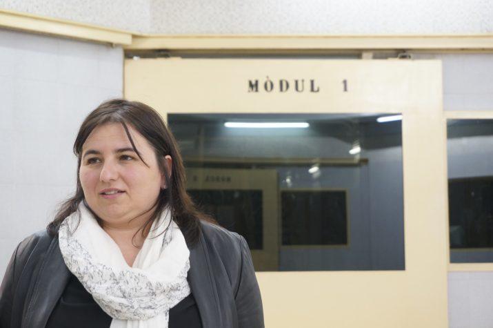 La periodista Fàtima Llambrich, al centre penitenciari obert de Tarragona, on ha presentat el llibre 'Sense cadàver'. Foto: Carla Clúa