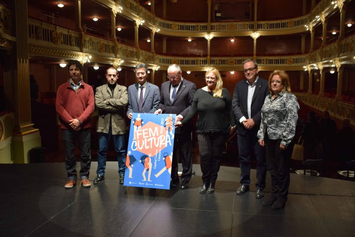 L'alcalde Pellicer i la regidora Caelles, quart i cinquena per l'esquerra, respectivament, a la presentació de la programació. Foto: Marc Busquets / Reusdigital