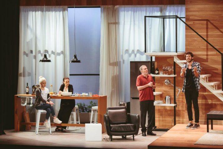 Una escena d''El bon pare' amb els quatre protagonistes a l'escenari. Foto: Vania produccions.
